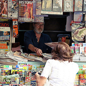 Se rompió el amor: los kiosqueros planean boicotear a 'El País' por echarse en brazos de Amazon